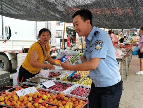 东港警方走进农村集市 大力开展禁毒宣传活动